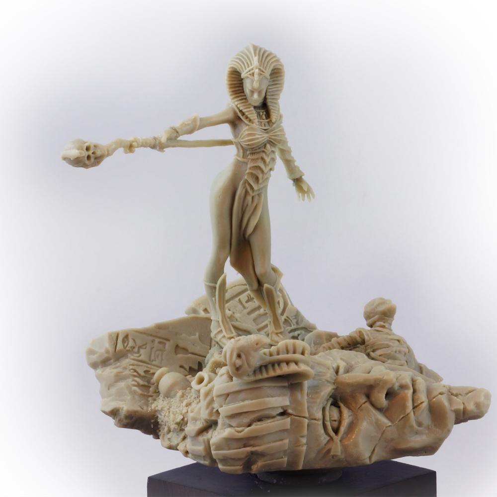 Reine vampire kontraros sculpture.